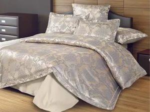 Постельные принадлежности на кровати