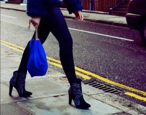 Девушка в велюровой обуви