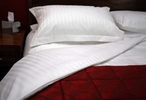 Бельё на кровати