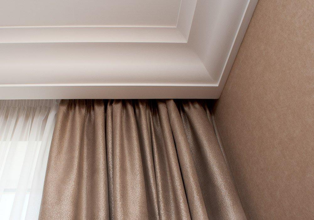Как прячется карниз за плинтус потолка