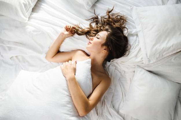 Девушка в постели.