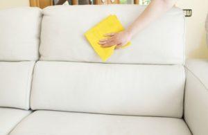 Мойка белоко дивана из экокожи