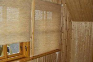Рулонные шторы на деревянных окнах