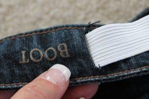 Резинка на поясе джинс