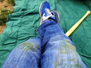 Джинсы испачканы об траву