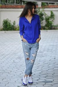 Кеды с рваными джинсами
