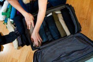Сложенные джинсы в чемодане