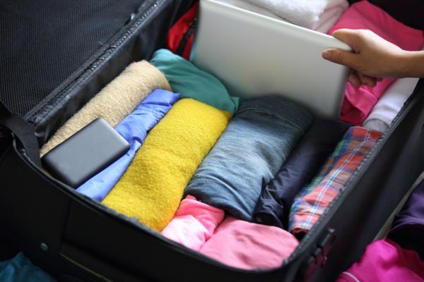 Сложенная одежда в чемодане