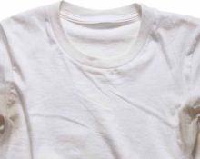 Желтые пятна на белой футболке
