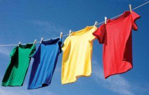 Развешанные футболки
