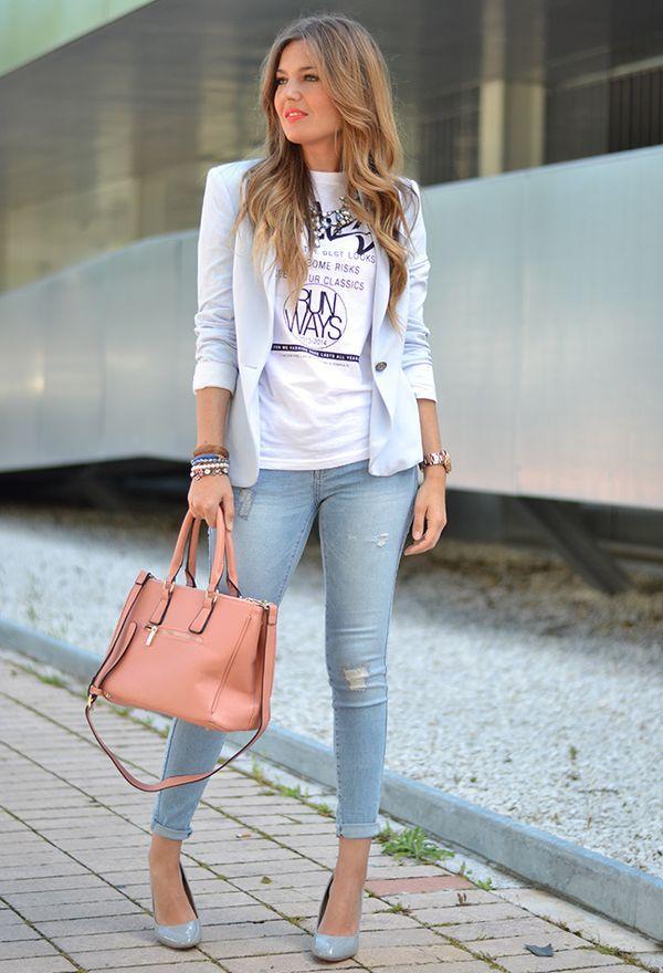Голубой жакет и джинсы
