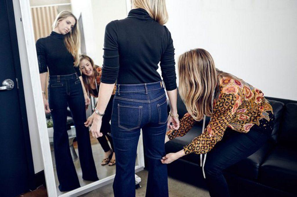 Примерка джинсов перед зеркалом