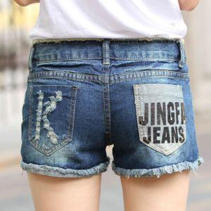 Оригинальные потертости на джинсовых шортах