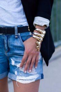 аксессуары и джинсовые шорты