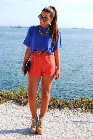синяя блузка я красными шортами