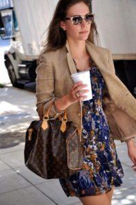 Романтический лук с коричневым пиджаком и платьем