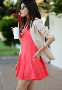 Романтический образ с коричневым пиджаком и платьем