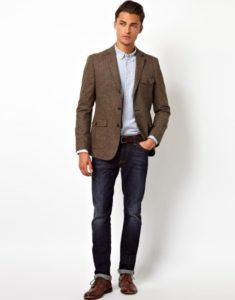 Мужской коричневый пиджак и джинсы