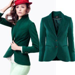 Белые брюки и темно-зеленый пиджак