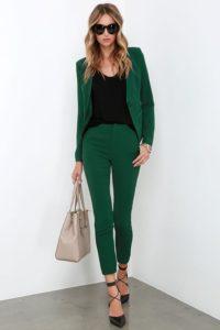 Классический образ с зеленым пиджаком и зелеными брюками