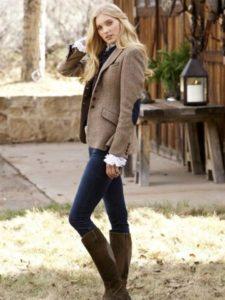 Женский твидовый пиджак и джинсы