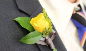 Бутоньерка из искусственной жёлтой розы