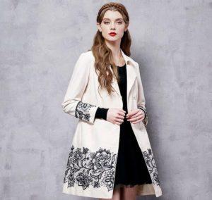 пальто, украшенное вышивкой