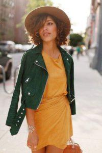 Яркий образ с зеленой курткой-косухой