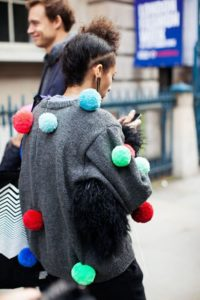 Короткий кардиган-свитер с помпонами