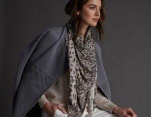 Лёгкий шарф и серое пальто