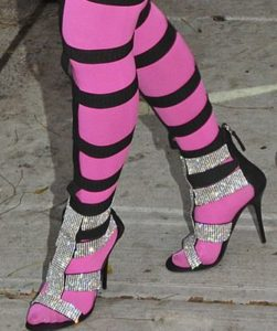 Полосатые колготки под босоножки на каблуках