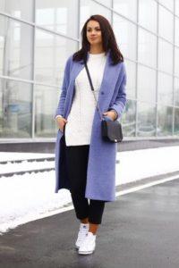 женщина в фиолетовом пальто