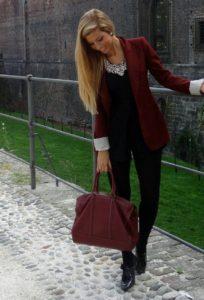 удачное сочетание бордового пиджака и шорт