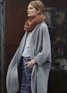 Создание имиджевого стиля с помощью серого пальто и кофейного шарфа