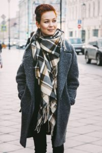 Широкий палантин в виде шарфа под серое пальто