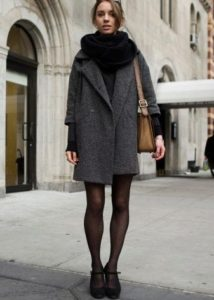 Чёрный шарф под серое пальто