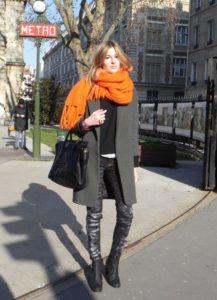 Серое пальто и яркий однотонный шарф