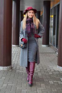 Яркий шарф в клетку под серое пальто