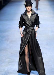 Интересный романтический образ с длинным кожаным пиджаком