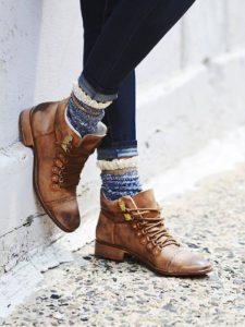 ботинки с цветными носками