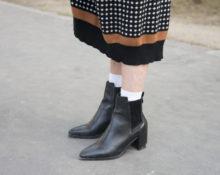 черные ботинки с белыми носками