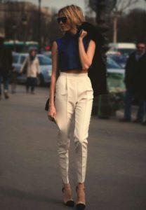 бежевые брюки с завышенной талией и синиия блуза