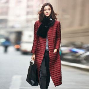 Бордовый пуховик и чёрный шарф