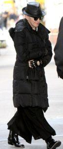 Чёрный пуховик и чёрная юбка в пол