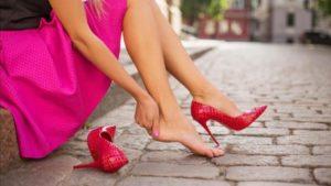 Трут красные туфли