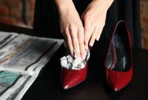 расширение туфель при помощи газет