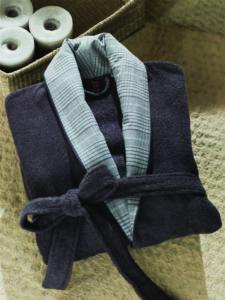 сложенный синий халат