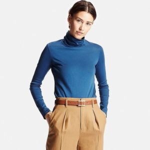 Голубая водолазка с бежевыми брюками