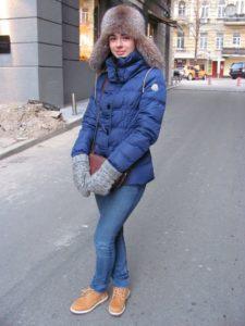 Молодёжный повседневный образ с синим пуховиком