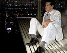 Полосатые носки под белый костюм